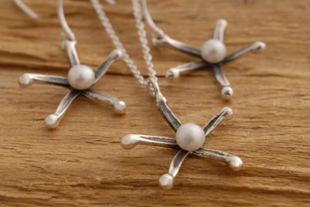 Χειροποίητα κοσμήματα - αστέρια από  ασήμι οξειδωμένο, με λευκό μαργαριτάρι