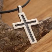 Xειροποίητος ανδρικός σταυρός από ασήμι οξειδωμένο, σε μαύρο κορδόνι ST637