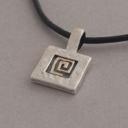 Χειροποίητο τετράγωνο ασημόχρυσo μενταγιόν με χρυσό μαίανδρο Μ857