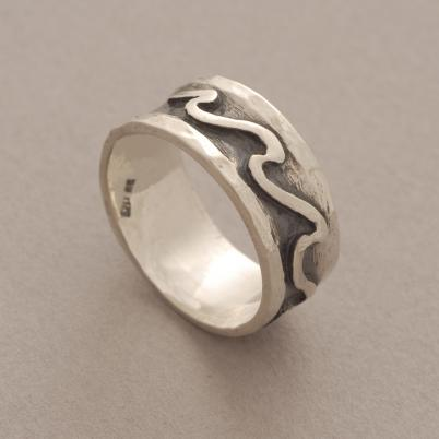 Aνδρικό δαχτυλίδι από ασήμι οξειδωμένο, με ανάγλυφα κύματα DA11