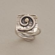 Χειροποίητο ασημόχρυσο μοντέρνο δαχτυλίδι, με σπείρα και χρυσό κέντρο D1508
