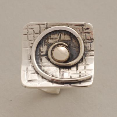 Ασημόχρυσο μοντέρνο δαχτυλίδι, με σπείρα και χρυσό κέντρο D1510