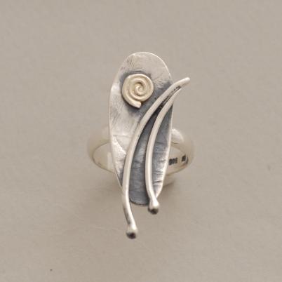 Οβάλ χειροποίητο ασημένιο δαχτυλίδι με χρυσή σπείρα D1514
