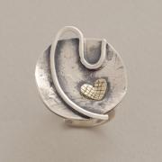 Χειροποίητο ασημένιο δαχτυλίδι με χρυσή καρδιά D1524