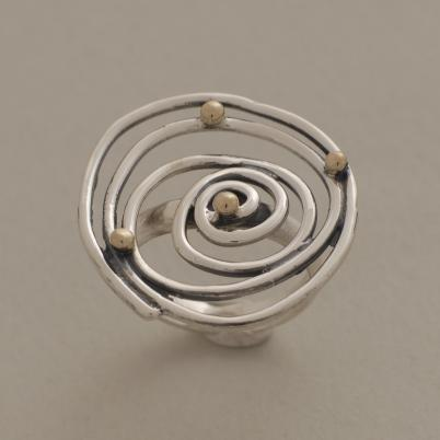 Mοντέρνα σπείρα - δαχτυλίδι από ασήμι οξειδωμένο με χρυσές μπίλιες D1536