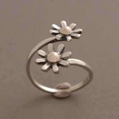 Χειροποίητο ασημόχρυσο δαχτυλίδι λουλουδάκι, κόσμημα εμπνευσμένο από τη φύση D1545