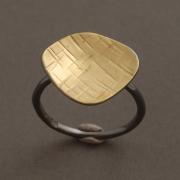 Χειροποίητο μοντέρνο δαχτυλίδι από ασήμι σε δύο αποχρώσεις D2028