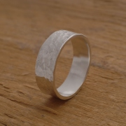 Aνδρικό σφυρήλατο δαχτυλίδι από ασήμι λουστράτο, εναλλακτική βέρα DA50