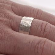 Aνδρικό σφυρήλατο δαχτυλίδι από ασήμι λουστράτο, εναλλακτική βέρα DA51
