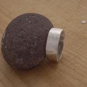Σφυρήλατο ανδρικό δαχτυλίδι από ασήμι λουστράτο, εναλλακτική βέρα DA58