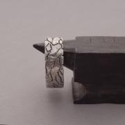 Aνδρικό δαχτυλίδι από ασήμι με ιδιαίτερη χειροποίητη υφή DA67