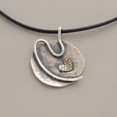 Χειροποίητο ασημόχρυσο μενταγιόν με χρυσή καρδιά, σε μαύρο κορδόνι Μ1307