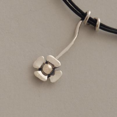 Χειροποίητο ασημόχρυσο μενταγιόν λουλουδάκι σε μαύρο κορδόνι Μ1353