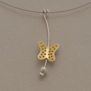 Χειροποίητο μενταγιόν πεταλούδα από ασήμι, με τοπικό χρύσωμα στα φτερά και πέρλα, σε ντίζα Μ2499
