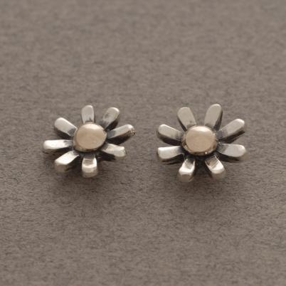 Ασημόχρυσα σκουλαρίκια – λουλουδάκια με καρφάκι, έμπνευση από τη φύση S2404