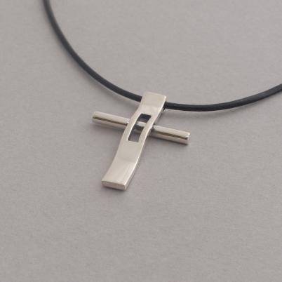 Χειροποίητος μίνιμαλ σταυρός, για άνδρα ή γυναίκα, σε ασήμι με  μαύρο κορδόνι ST373