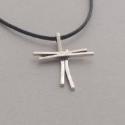 Χειροποίητος ασημένιος μοντέρνος γυναικείος σταυρός σε κορδόνι ST623a