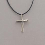 Χειροποίητος ασημένιος γυναικείος σταυρός, σε σύγχρονη φόρμα με κορδόνι ST624a