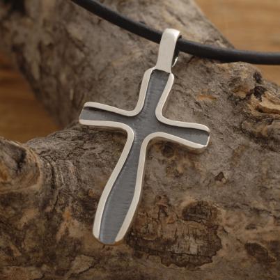 Xειροποίητος σταυρός από ασήμι οξειδωμένο, για άνδρα ή γυναίκα, σε μαύρο κορδόνι ST636