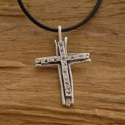 Xειροποίητος διπλός σταυρός από ασήμι οξειδωμένο, για άνδρα ή γυναίκα, σε μαύρο κορδόνι ST637