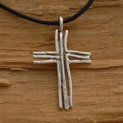 Ρουστίκ χειροποίητος σταυρός από ασήμι οξειδωμένο, για άνδρα ή γυναίκα, σε μαύρο κορδόνι ST638