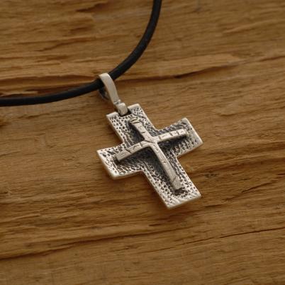 Xειροποίητος σταυρός από ασήμι οξειδωμένο, για άνδρα ή γυναίκα, σε μαύρο κορδόνι ST639