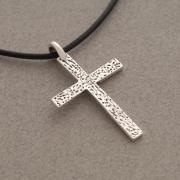 Xειροποίητος σταυρός από ασήμι οξειδωμένο, για άνδρα ή γυναίκα, σε μαύρο κορδόνι ST644